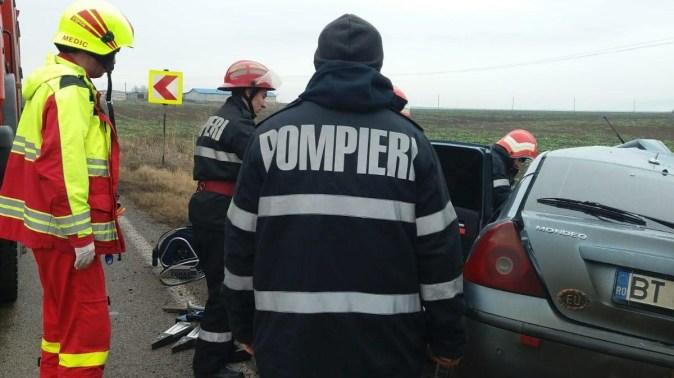 Pentru scoaterea victimelor din autoturisme au intervenit pompierii de la descarcerare. FOTO SAJ Constanța