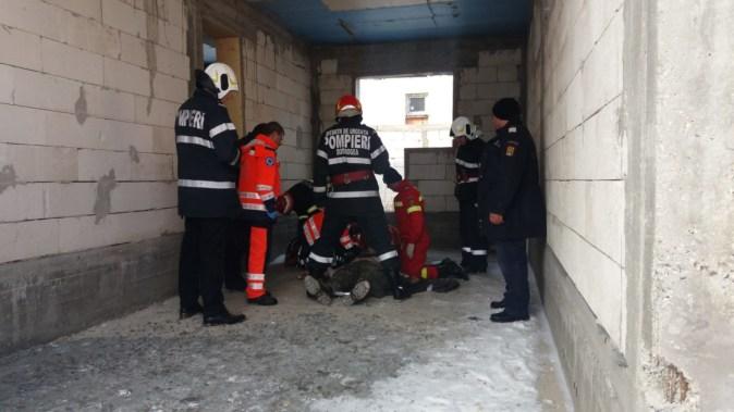 Echipajele salvatorilor le-au acordat celor doi muncitori primul ajutor. FOTO CTnews.ro