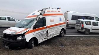 Ambulanța a fost lovită în plin de un șofer neatent și aruncată pe marginea drumului. FOTO IPJ Constanța