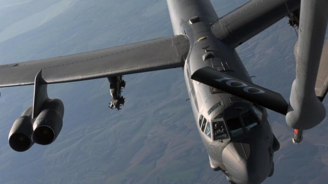 Un avion B-52 Stratofortress este alimentat în zbor deasupra României. FOTO Senior Airman Benjamin Cooper