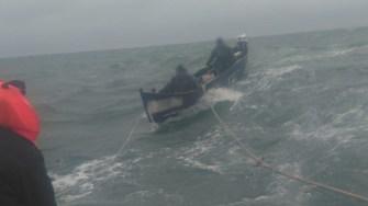 Cei doi pescari au fost duși la mal. FOTO Poliția de Frontieră