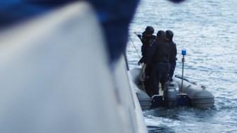 Polițiștii de frontieră au urcat la bordul navei unde se aflau pasagerii clandestini. FOTO Cătălin SCHIPOR