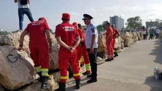 Echipaje medicale și scafandrii au intervenit pentru salvarea victimei din apele mării. FOTO ISU Dobrogea