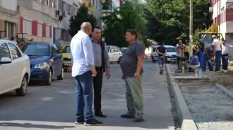 Primarul orașului Cernavodă, Liviu Negoiță, verificând stadiul lucrărilor de asfaltare. FOTO Ctnews.ro