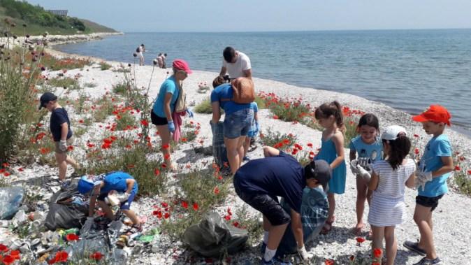 Voluntarii au strâns gunoaiele și au inaugurat peștele pubelă