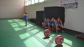 Copiii se antrenează la haltere la Clubul Sportiv Ovidiu. FOTO Ctnews.ro