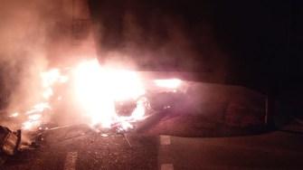 În urma impactului, mașina și camionul au luat foc. FOTO CTnews.ro