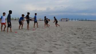 Rugbiștii din Ovidiu se antrenează pe plaja din Mamaia. FOTO Ctnews.ro
