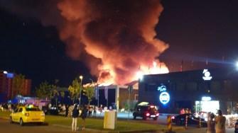 Pompierii au intervenit cu forțe sporite la incendiul din stațiunea Mamaia de la Club Bamboo. FOTO amator