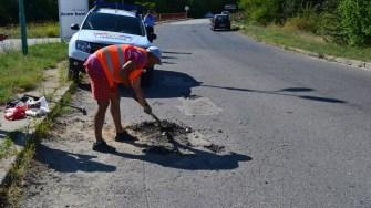 Structura de sub carosabil pe străzile din Cernavodă este analizată pentru ca asfaltarea să fie ca la carte. FOTO Cristina Niță.