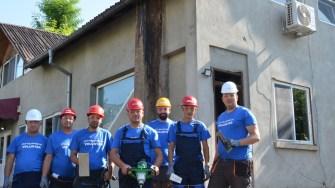 Voluntarii Chimpex au ajutat pentru ca micuții să aibă o casă mai călduroasă. FOTO Chimpex