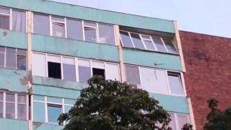 Rama balconului aproape a fost smulsă de vânt. FOTO Ctnews.ro