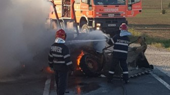 Motocicleta și buldoexcavatorul au ars complet. FOTO ISU Dobrogea Constanța