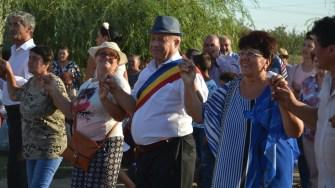 Primarul comunei Gârliciu, Constantin Cinpoiașu, în mijlocul sătenilor. FOTO Ctnews.ro