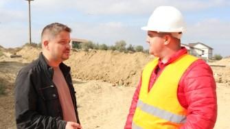 Silviu Bănuță, ingineri în cadrul Primăriei Cernavodă și Claudiu Chivu, șeful proiectului rețelei de canalizare. FOTO CTnews.ro