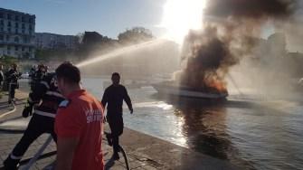 Echipaje de pompieri ai ISU Dobrogea și ambarcațiunea SAR au intervenit pentru stingerea incendiului la yacht. FOTO ISU Dobrogea