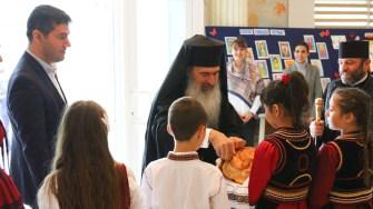 IPS Teodosie a fost primit în mod tradițional de către elevii liceului. FOTO Primăria Ovidiu