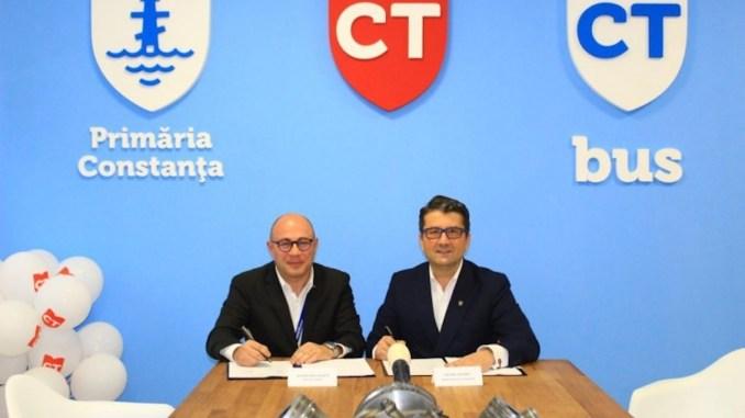 Directorul CT BUS, Bogdan Niță și primarul Decebal Făgădău. FOTO CT BUS