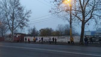 Constănțenii au așteptat fără succes ca autobuzele să apară în stații. FOTO CTnews.ro