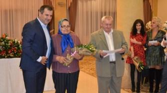 Primarul Valentin Vrabie a premiat un cuplu care a împlinit 50 de ani de căsnicie. FOTO CTnews.ro