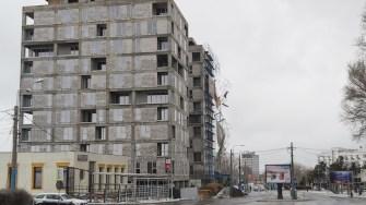 Bulevardul Aurel Vlaicu a fost închis parțial din cauza unei schele desprinse de pe marginea unui bloc. FOTO CTnews.ro