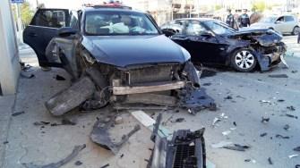 În urma impactului, cele două mașini au fost grav avariate, iar o persoană rănită. FOTO Daniel Despinoiu