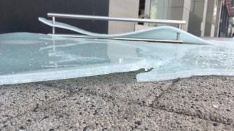 Ușa de sticlă securizată a fost spartă cu un baros. FOTO CTnews.ro