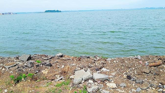 Pe malul lacului a fost depozitat moloz. FOTO ABADL