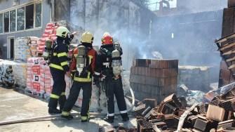 Pompierii au intervenit în număr mare pentru a stinge incendiul. FOTO ISU Dobrogea