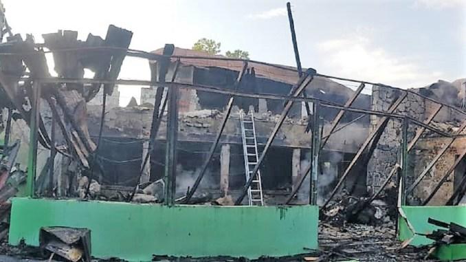 Pensiune din Mangalia distrusă într-un incendiu. FOTO ISU Dobrogea