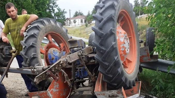 """Bărbat rănit grav după ce s-a răsturnat cu un tractor, în comuna Tichilești. FOTO ISU """"Dobrogea"""""""