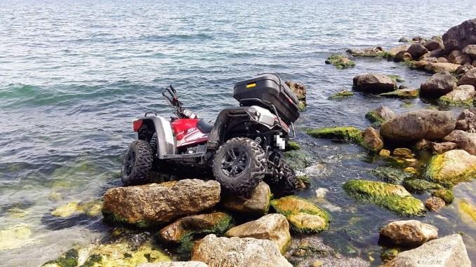 Tânără rănită ușor, după ce s-a răsturnat cu ATV-ul în mare