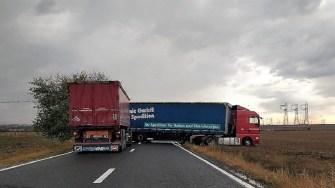 Circulație oprită pe DN 22, în Mihai Viteazu, după ce un camion a derapat și a blocat șoseaua. FOTO IPJ Constanța