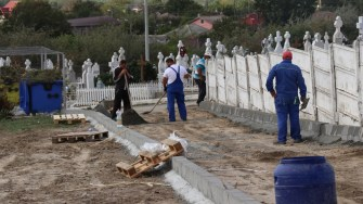 Lucrări la aleile cimitirului ortodox din Cernavodă. FOTO Paul Alexe