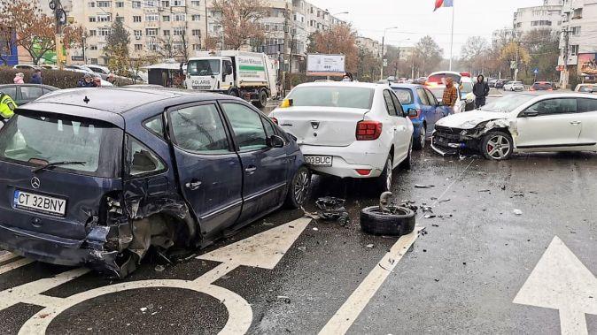 Carambol rutier, cu patru autoturisme implicate, pe strada Soveja din Constanța. FOTO amator