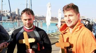 Tinerii care au recuperat crucile aruncate în apă de Arhiepiscopul Tomisului. FOTO Paul Alexe