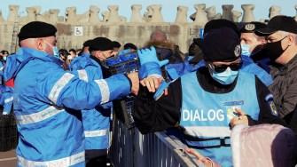 Jandarmii împart sticlele cu apă sfințită de Bobotează. FOTO Paul Alexe
