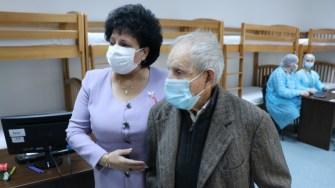 Primarul Mariana Gâju și veteranul de război Ion Ceapă . FOTO Adrian Boioglu