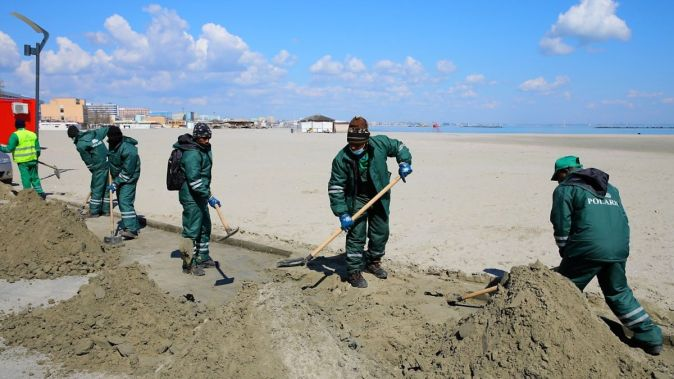Echipe ale Polaris M Holding au început curățenia generală în Stațiunea Mamaia. FOTO Primăria Constanța