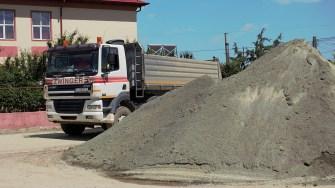 Lucrări de asfaltare în comuna Mihai Viteazu. FOTO Paul Alexe