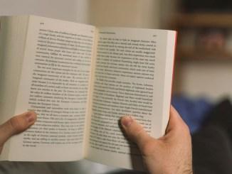 Citește o carte. FOTO unsplash.com