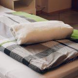 Zimmer in Lindlar » Bellevue im Bergischen Land » bunte Bettwäsche mit Wolldecke