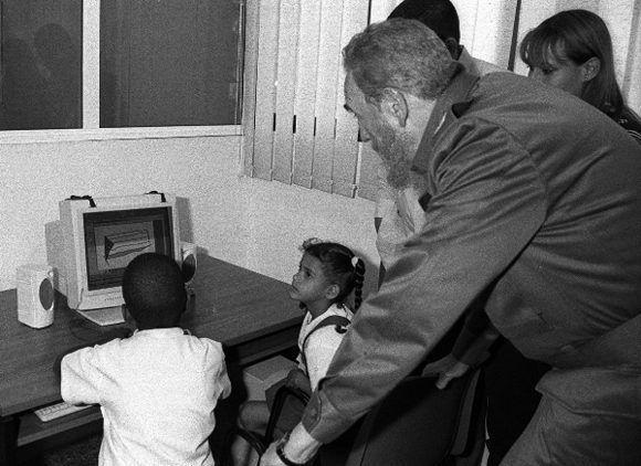 Comparte con dos pioneros durante la inauguración del Joven Club Central de Computación, 4 de abril de 2001. Foto: Liborio Noval / Sitio Fidel Soldado de las Ideas.