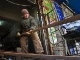 liu-shujian-una-senora-de-90-anos-de-edad-continua-su-trabajo-de-soldadura-electrica-en-la-calle-wanshousi-el-5-de-diciembre-de-2014-en-shenyang-provincia-de-liaoning-en-china-chinafotopressgetty-ima