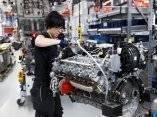 una-ingeniera-construye-un-motor-bi-turbo-5-5l-v8-m157-en-la-fabrica-de-produccion-de-mercedes-amg-en-affalterbach-alemania