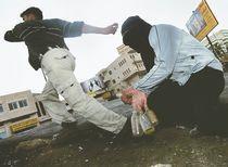 """Jóvenes palestinos lanzan piedras y botellas de vidrio a soldados israelíes en el norte de la Franja de Gaza. En esta área Bilal Achmed Ghanan fue muerto a tiros y abierto en el hospital. """"Nuestros hijos son utilizados como suministro de órganos,"""" dicen los palestinos."""