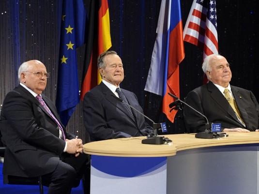 Mijail Gorbachov, el ex canciller alemán Helmut Kohl y el ex presidente de Estados Unidos George Bush. Foto: AFP PHOTO DDP/ MICHAEL GOTTSCHALK