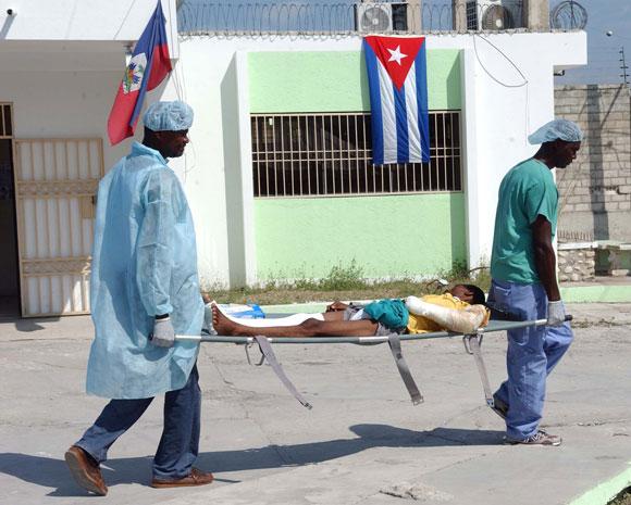 Médicos cubanos asisten a los pacientes en el Hospital del Seguro Social I Ofatma en Puerto Principe, Haití. AIN Foto: Juvenal BALAN /Periódico Granma /Enviado Especial