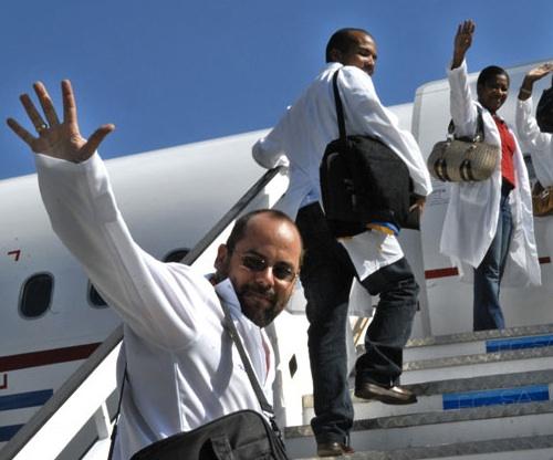 Médicos cubanos parten a misión internacionalista.