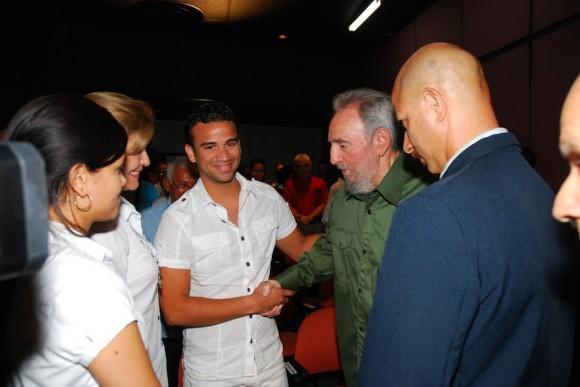 Saluda a familiares del Comandante Juan Almeida. Foto: Estudios Revolución